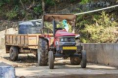 traktor med en släp på en vattenrörledningkonstruktion Royaltyfri Fotografi
