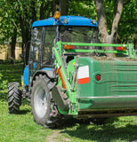 Traktor med gräsklippareslut upp Arkivfoton