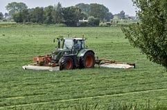 Traktor med gräsklippningsmaskinkombination Royaltyfri Bild