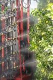 Traktor med maskinen som besprutar fruktträd Jordbruks- begrepp fotografering för bildbyråer