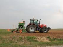 Traktor med planteren Arkivbild