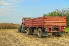 Traktor med släpanseende Arkivbild