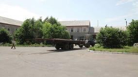 Traktor med släpet som gås tillbaka till grunden arkivfilmer