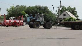 Traktor med släpkörning arkivfilmer