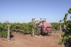 Traktor med sprejvaten Fotografering för Bildbyråer