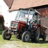 Traktor med trä Royaltyfri Bild