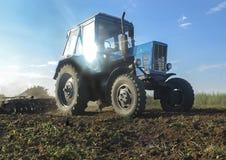 Traktor med trailoren Arkivbilder