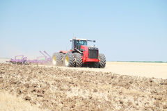 Traktor mit einem Pflug Lizenzfreie Stockfotografie