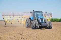 Traktor mit einem Pflug Stockfotos