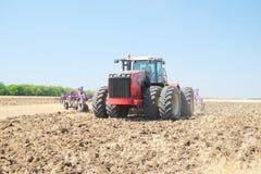 Traktor mit einem Pflug Lizenzfreies Stockfoto