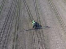 Traktor mit eingehängtem System von Sprühschädlingsbekämpfungsmitteln Befruchtung mit einem Traktor, in Form eines Aerosoles, auf stockbilder