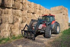 Traktor mit Heu-Ballen Lizenzfreies Stockfoto