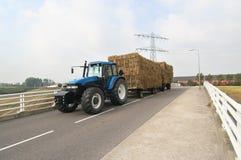 Traktor mit Heulastwagen Stockfotografie