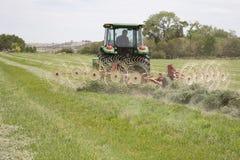 Traktor mit Heurechen Lizenzfreie Stockfotos