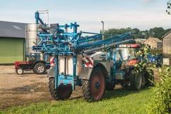 Traktor mit Landwirtschaftssprüher in einem Bauernhof Lizenzfreie Stockfotos