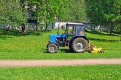 Traktor mit Mäherausschnittgras Lizenzfreie Stockbilder
