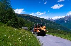 Traktor mit meldet die Schweizer Alpen an Lizenzfreies Stockfoto