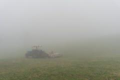 Traktor mit Nebel Stockbild