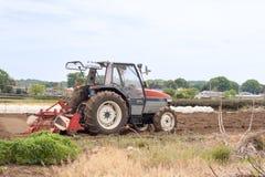 Traktor mit Pflüger Lizenzfreie Stockfotos
