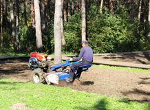 Traktor mit Pflug auf dem Gebiet Stockfotografie