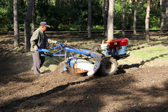 Traktor mit Pflug auf dem Gebiet Lizenzfreies Stockbild