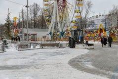 Traktor mit snowplowing Ausrüstung säubert Straße Stockbild