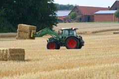 Traktor mit Strohballen Stockfotos