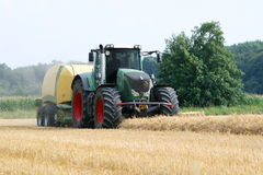 Traktor mit Strohballenpresse Stockbild