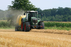 Traktor mit Strohballenpresse Lizenzfreie Stockfotografie