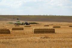 Traktor mit Weizenstrohballenpresse Lizenzfreies Stockbild