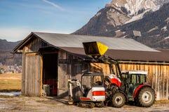 Traktor och kortkortgrävskopa royaltyfri bild