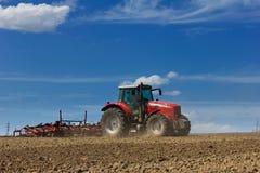 Traktor och plog Royaltyfria Foton