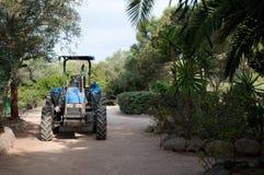 Traktor på en parkeragränd Royaltyfri Fotografi
