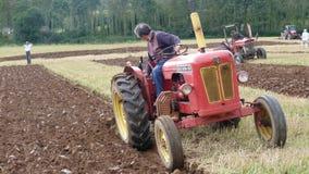 Traktor på en plöja strid i England Royaltyfri Foto