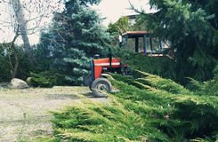 Traktor på en polsk lantgård royaltyfria bilder