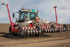 Traktor på fält på jobb Royaltyfri Bild
