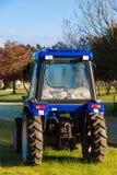 Traktor på gräs Royaltyfria Bilder