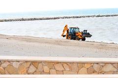 Traktor på stranden. Arkivbild