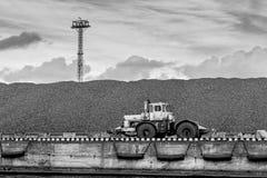 Traktor på kolkullen Fotografering för Bildbyråer