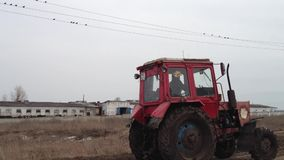 Traktor på lantgården arkivfilmer
