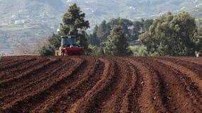 Traktor på potatisfält stock video