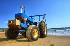 Traktor på strand Royaltyfri Foto