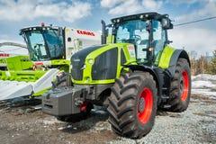 Traktor på utställning för jordbruks- maskineri Arkivfoto
