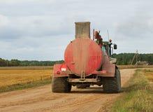 Traktor på vägen Arkivbilder