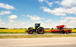 Traktor på vägen Arkivbild