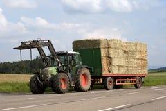 Traktor på arbete på ett fält Arkivfoto