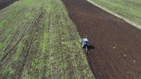 Traktor pflügt Ackerland stock footage