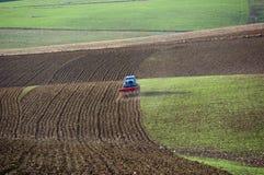 Traktor pflügt das Feld Stockfotos