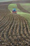 Traktor pflügt das Feld Stockbilder