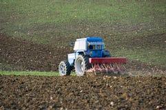 Traktor pflügt das Feld Lizenzfreie Stockbilder